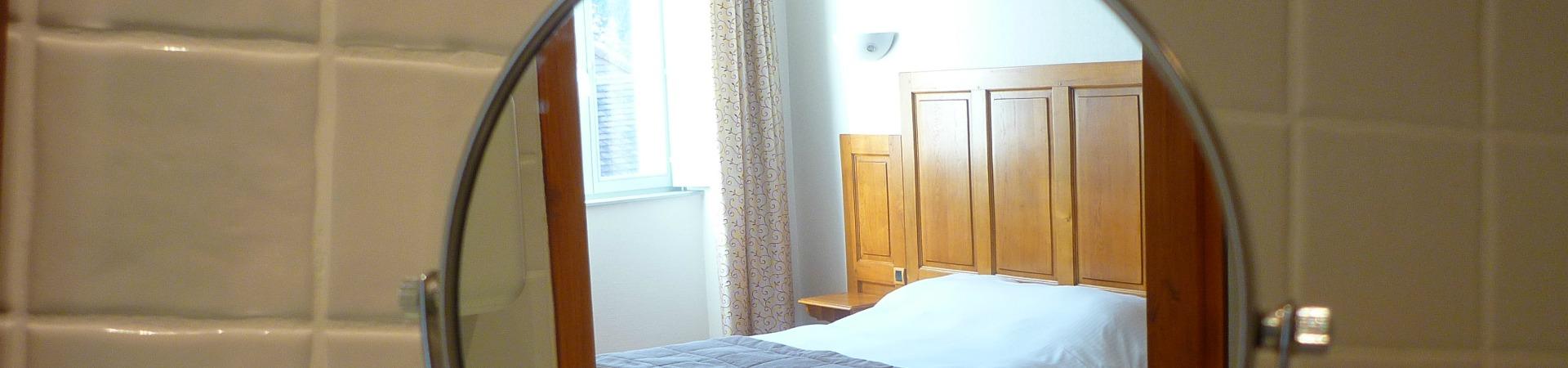 une chambre de l'hôtel charles Sander à Salins dans le Jura