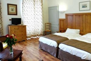 Chambre à deux lits (twin) avec kitchenette à l'hôtel Charles Sander pour groupe ou individuels à Salins les Bains dans le Jura, partie revermont et vignobles - accueil groupe et séminaire, famille, curiste...