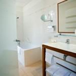 Salle de bain d'une chambre de l'hotel Charles Sander à Salins les Bains dans le Jura