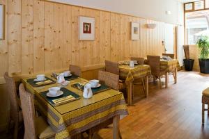Groupe Salle petit dejeuner et detente à l'hôtel Charles Sander - petite salle de réunion, accueil groupe et séminaire