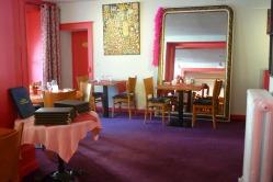 Exposition des tableaux d'Yves gravel entree salle restaurant hotel des deux forts