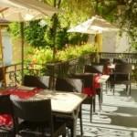 terrasse de l'hôtel restaurant des deux Forts à Salins les Bains dans le Jura