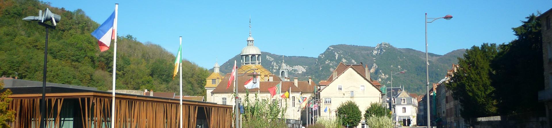 Le casino, le dome et les monts Salins les Bains dans le Jura