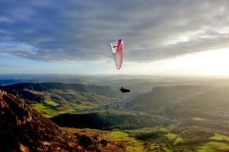 Vol au dessus de Salins les Bains dans le Jura, vue sur le revermont et les montagnes du Jura